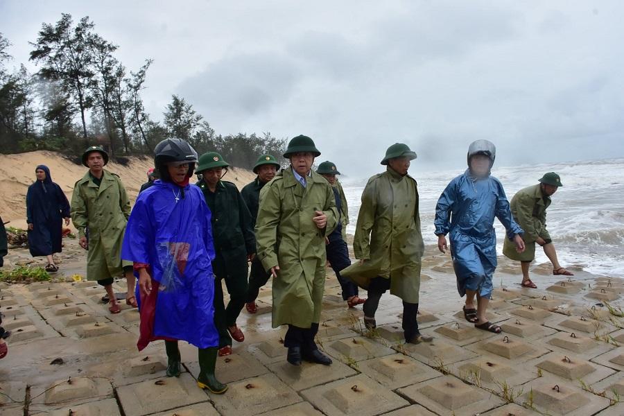 Chủ tịch UBND tỉnh Thừa Thiên Huế kiểm tra công tác khắc phục mưa lũ ở vùng biển của tỉnh.
