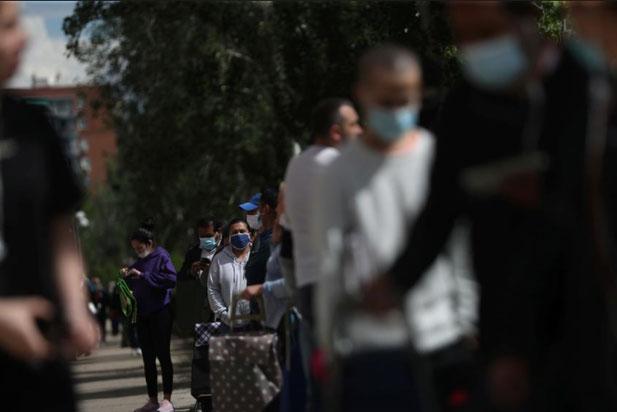 Người dân xếp hàng nhận thực phẩm trong lúc dịch COVID-19 hoành hành ở Madrid, Tây Ban Nha. (Ảnh: Reuters)