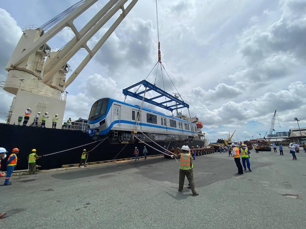 Dự kiến mất khoảng 1 ngày đưa 3 toa tàu Metro 1 xuống mặt đất.
