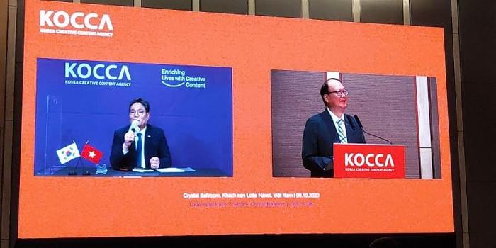 Tổng Giám đốc KOCCA Kim Yeong Jun (trái) và Giám đốc KOCCA Việt Nam Hong Jeong Yong chia sẻ thông tin tại buổi lễ.