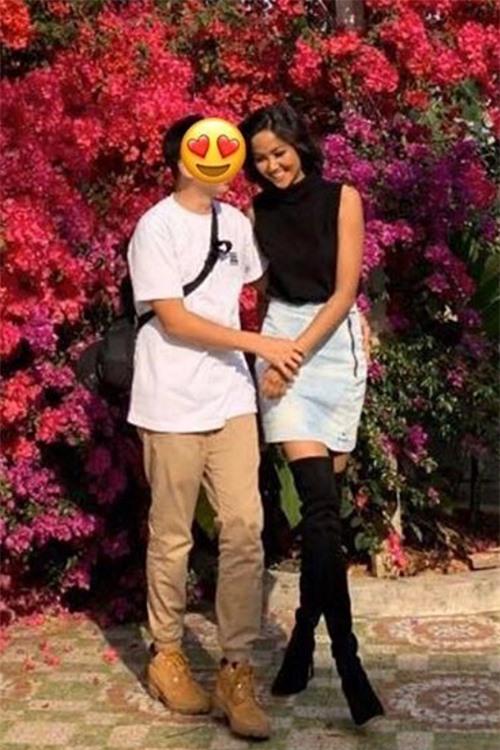 HHen Niê thường đăng ảnh che mặt bạn trai.