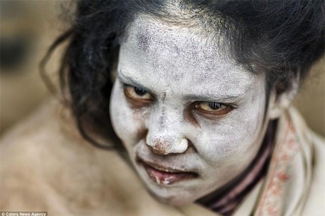 Bộ tộc Aghori có tục lệ ăn thịt người chết ghê rợn. ẢnhDarragh Mason