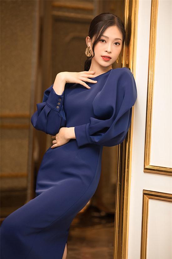 Á hậu Phương Nga kín đáo với đầm cocktail xanh tôn da. Cô được nhiều người khen dễ thương khi đi xe ôm đến buổi họp báo.