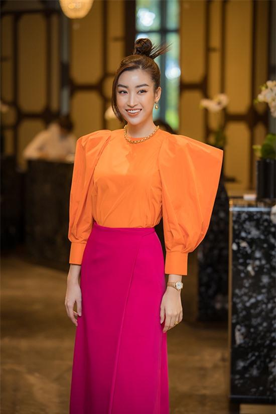 Hoa hậu Việt Nam 2016 Đỗ Mỹ Linh là một trong những giám khảo của cuộc thi năm nay. Đây là lần thứ hai cô giữ vai trò cầm cân nảy mực của cuộc thi. Theo ban tổ chức, Hoa hậu Việt Nam 2020 có số lượng thí sinh đăng ký dự thi gấp đôi các năm trước.