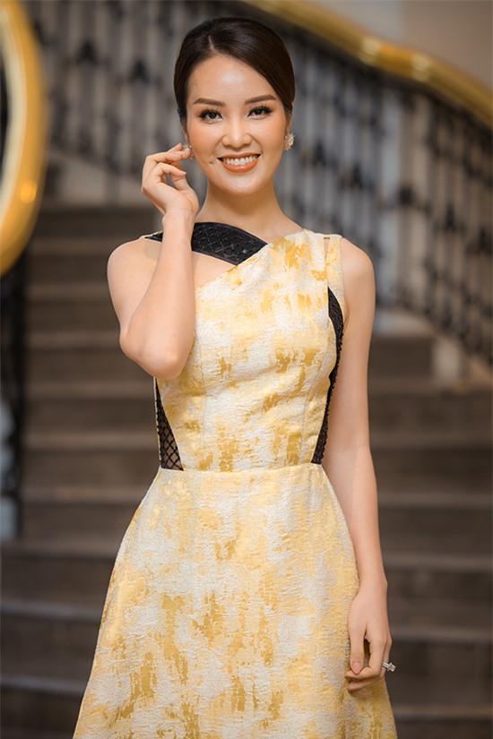 Á hậu Thuỵ Vân nền nã với bộ váy nhạt màu. Lần đầu đảm nhận vai trò giám khảo của Hoa hậu Việt Nam, cô muốn chọn ra những cô gái không chỉ đẹp về ngoại hình mà còn học thức và nhân cách tốt.