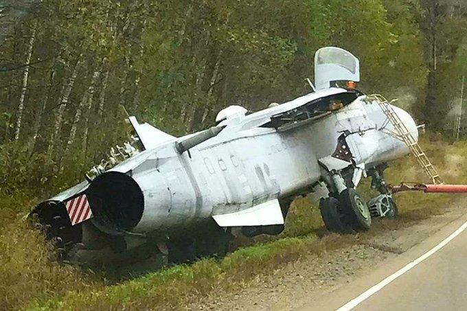Chiếc máy bay ném bom tiền tuyến Su-24M của Nga bị lao xuống mương trong quá trình di chuyển. Ảnh: TASS.