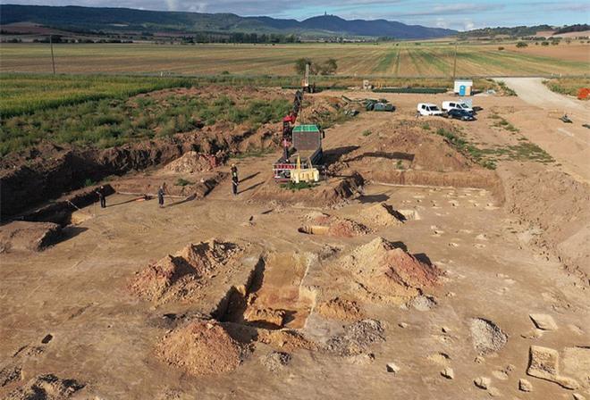 Xây trại gà, lộ ra mộ cổ rùng rợn của 6 người vợ hoàng tử - Ảnh 2.