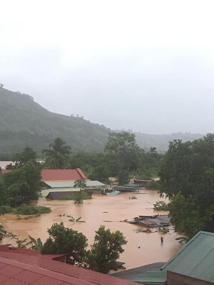 Mưa lũ nhấn chìm nhiều nhà dân ở thị trấn Lao Bảo, huyện miền núi Hướng Hóa.