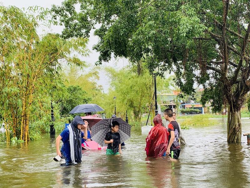 Mưa lũ khiến việc đi lại của người dân tỉnh Thừa Thiên Huế trở nên khó khăn.