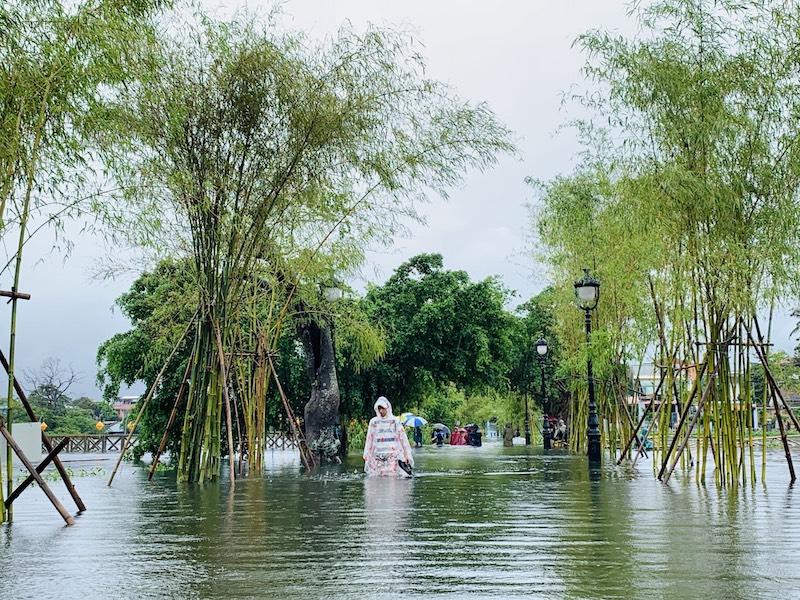 Khu vực hạ lưu sông Hương nước lên cao đến gần 1m. Để về nhà, người dân buộc phải bỏ lại phương tiện giao thông ở những khu vực không bị ngập.