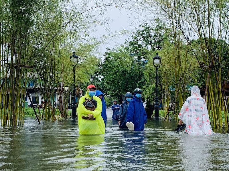Mưa lũ khiến việc đi lại của người dân tỉnh Thừa Thiên Huế trở nên khó khăn. Chị Nguyệt Nga cho biết, để tránh hành lý bị ướt nên khi đi qua tuyến đường ngập lụt phải để đồ lên cao.