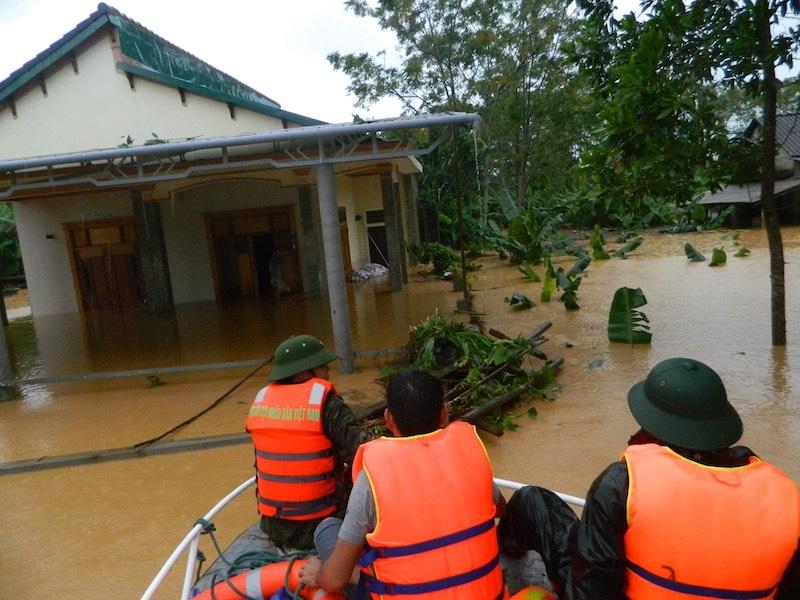Cán bộ, chiến sĩ Đồn Biên phòng Vinh Xuân, BĐBP Thừa Thiên Huế đang triển khai tìm kiếm người dân còn mắc kẹt lại ở vùng trũng di dời dân đến khu vực an toàn.