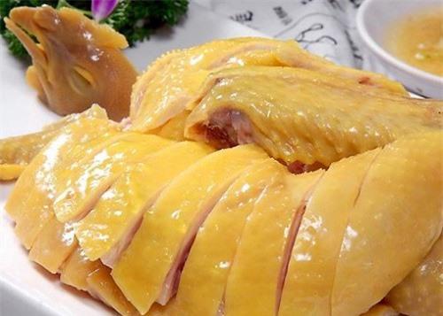 Luộc thịt gà quan trọng là gà chín đều da không nứt