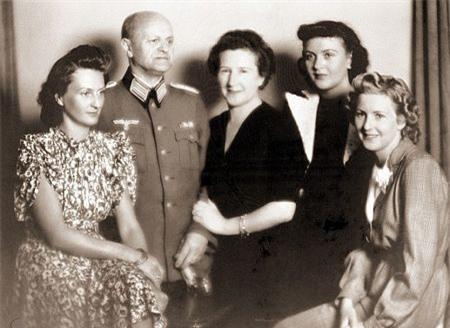 Ảnh chưa từng công bố về người vợ xinh đẹp của Hitler - 4