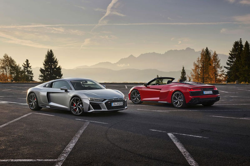 Audi R8 V10 RWD Coupe và Spyder (phải).