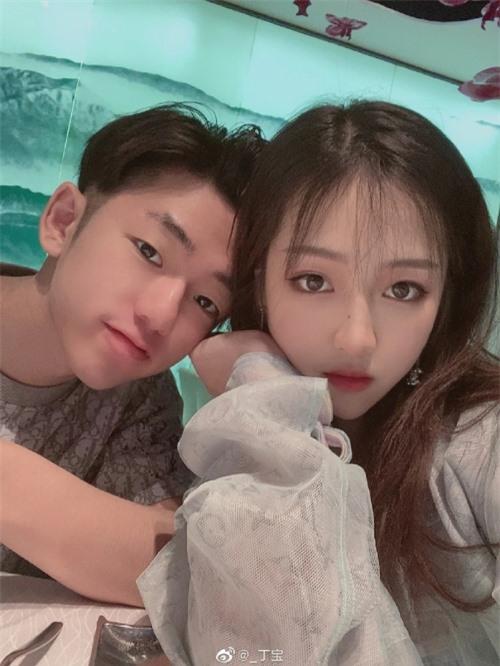 Huỳnh Tiểu Bảo và bạn gái. Dù không hoạt động trong giới giải trí nhưng vì là con của chồng Triệu Vy nên Tiểu Bảo rất được quan tâm.