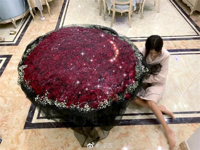 Bó hoa hồng đỏ Đinh Đinh được bạn trai tặng gây xôn xao mạng xã hội vì độ khủng.