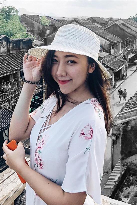 Huỳnh Trinh Mi, 27 tuổi - thua Trấn Thành 6 tuổi. Cô là em gái lớn nhất trong gia đình có ba anh em.