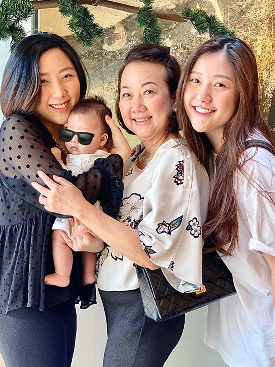 Mẹ của Trấn Thành và hai người con gái chăm sóc đứa cháu đầu tiên của gia đình.