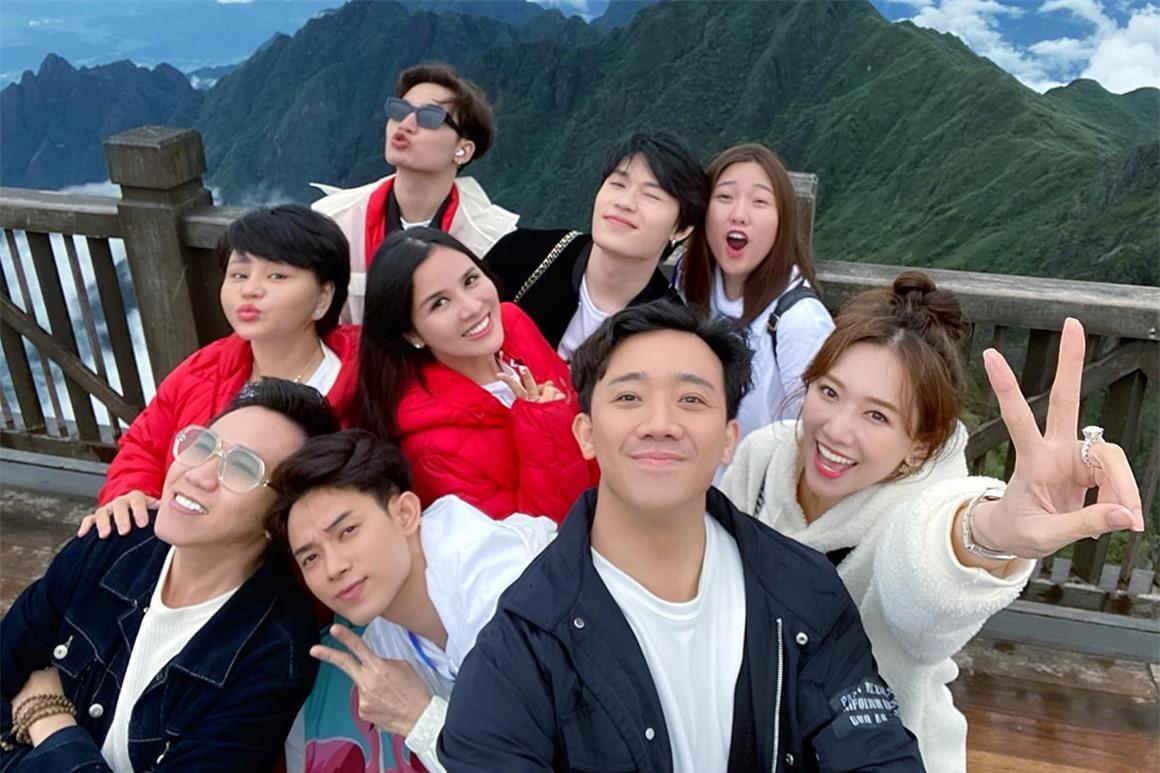 Uyển Ân hay đi du lịch với anh trai và hội bạn người nổi tiếng gồm: ca sĩ Thu Minh, Trúc Nhân, Ali Hoàng Dương, diễn viên hài Lê Giang, Anh Đức.