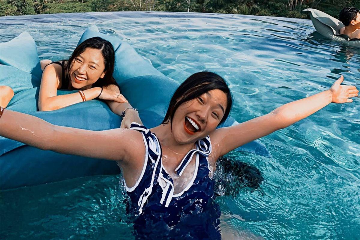 Hai chị em Huỳnh Mi và Uyển Ân cách nhau 7 tuổi nhưng thân thiết, thường xuyên cùng nhau đi du lịch, ăn tối.