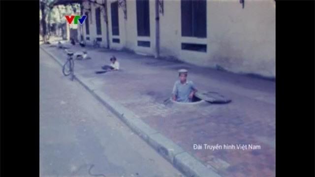 Hình ảnh rất khác của Hà Nội ngày xưa: Từ thi bơi đến những ngày bom đạn trút xuống - Ảnh 2.