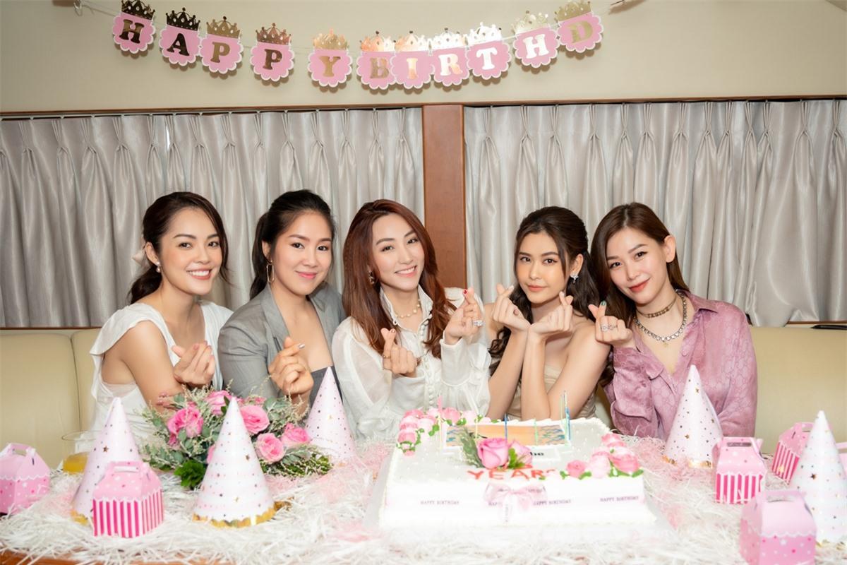 Ngân Khánh (giữa) rạng rỡ giữa hội bạn. Tiệc sinh nhật của cô tổ chức trên du thuyền, trang trí đơn giản với tông màu hồng chủ đạo.