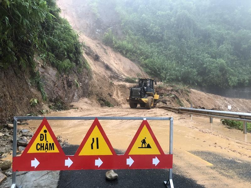 Lực lượng chức năng huy động các phương tiện khẩn trương khắc phục sạt lỡ trên tuyến đường tại huyện A Lưới