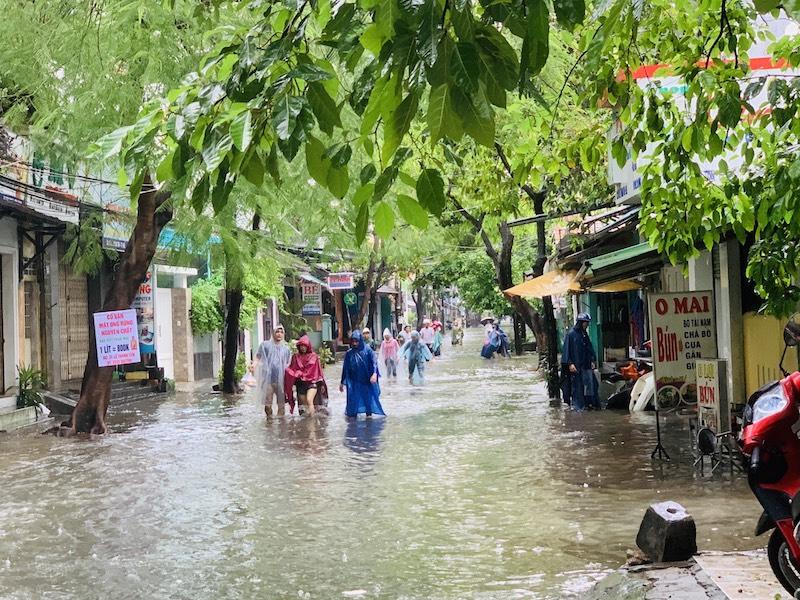 Người dân vất vả di chuyển trên tuyến đường Lê Thánh Tôn (TP Huế).