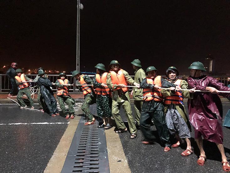 Hàng chục cán bộ, chiến sĩ và gia đình người bị nạn kéo tàu vào nơi an toàn.