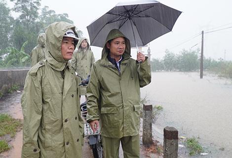 Phó Chủ tịch UBND tỉnh Nguyễn Văn Phương (trái) chỉ đạo công tác ứng phó mưa lũ