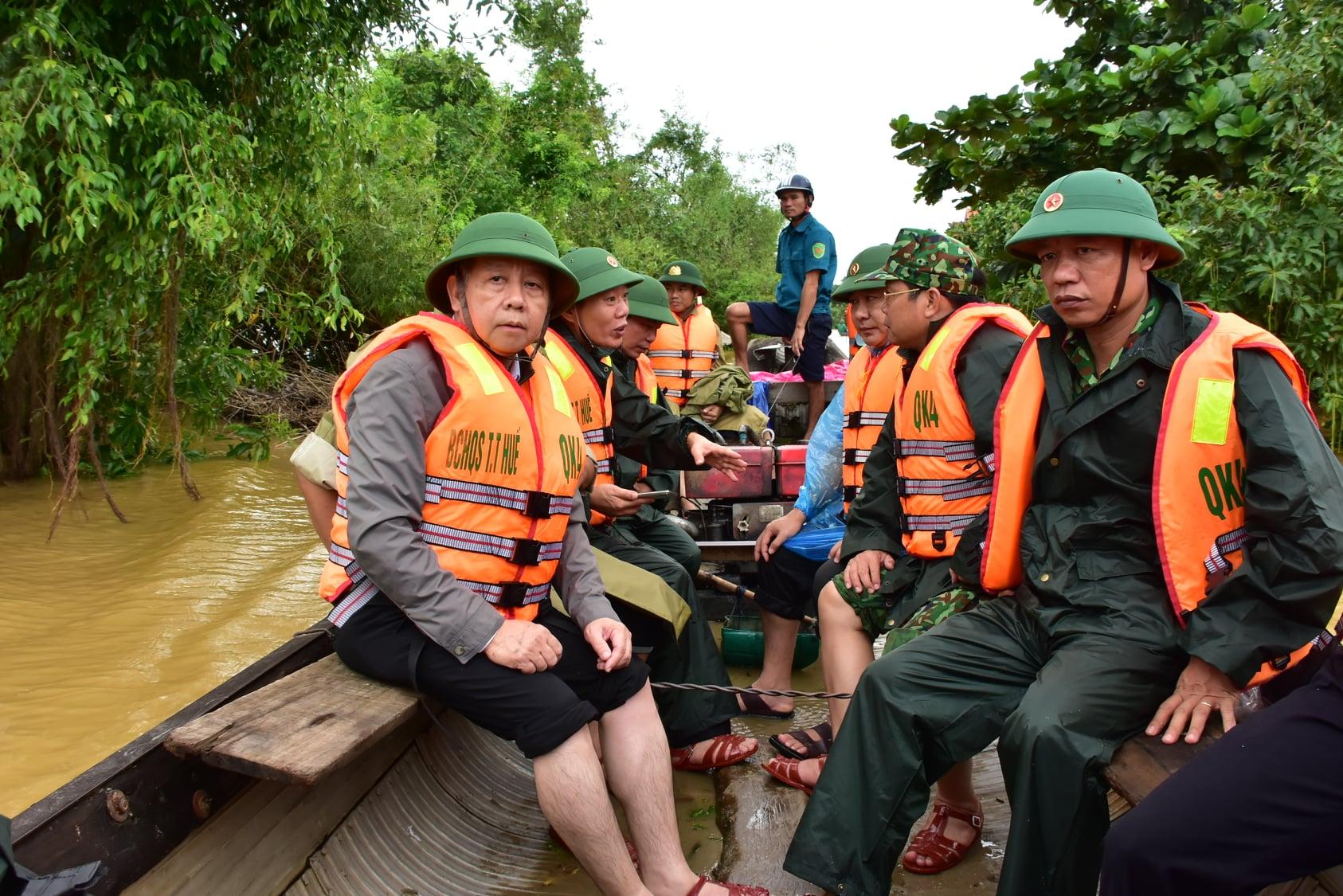 Chủ tịch UBND tỉnh Thừa Thiên Huế Phan Ngọc Thọ cùng lực lượng chức năng vào vùng rốn lũ kiểm tra công tác phòng chống mưa lũ và thăm hỏi, tặng quà người dân.