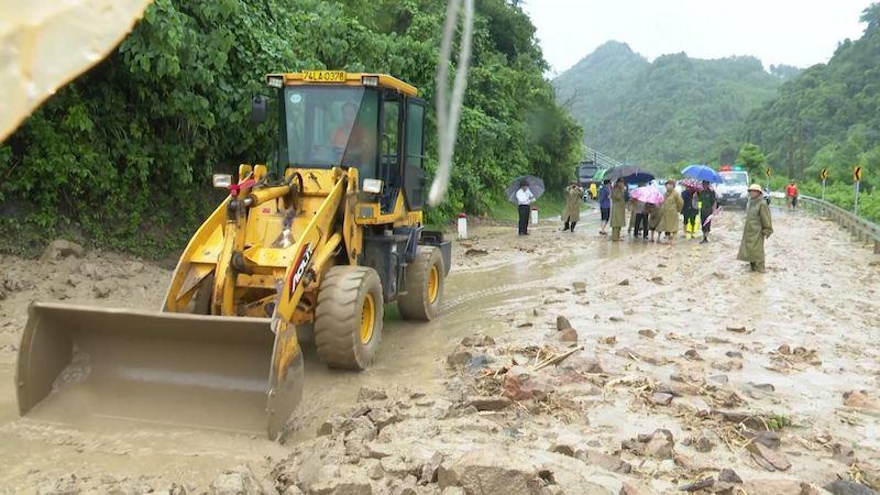 Lực lượng chức năng tỉnh Quảng Trị khẩn trương khắc phục sạt lở ở các tuyến đường giao thông