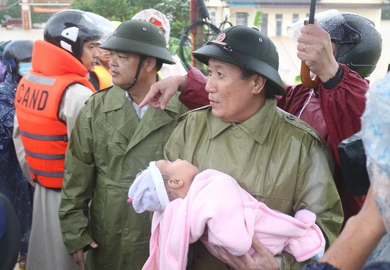 Ông Hà Sỹ Đồng - Phó Chủ tịch Thường trực UBND tỉnh trực tiếp bồng em bé đưa đến nơi an toàn.