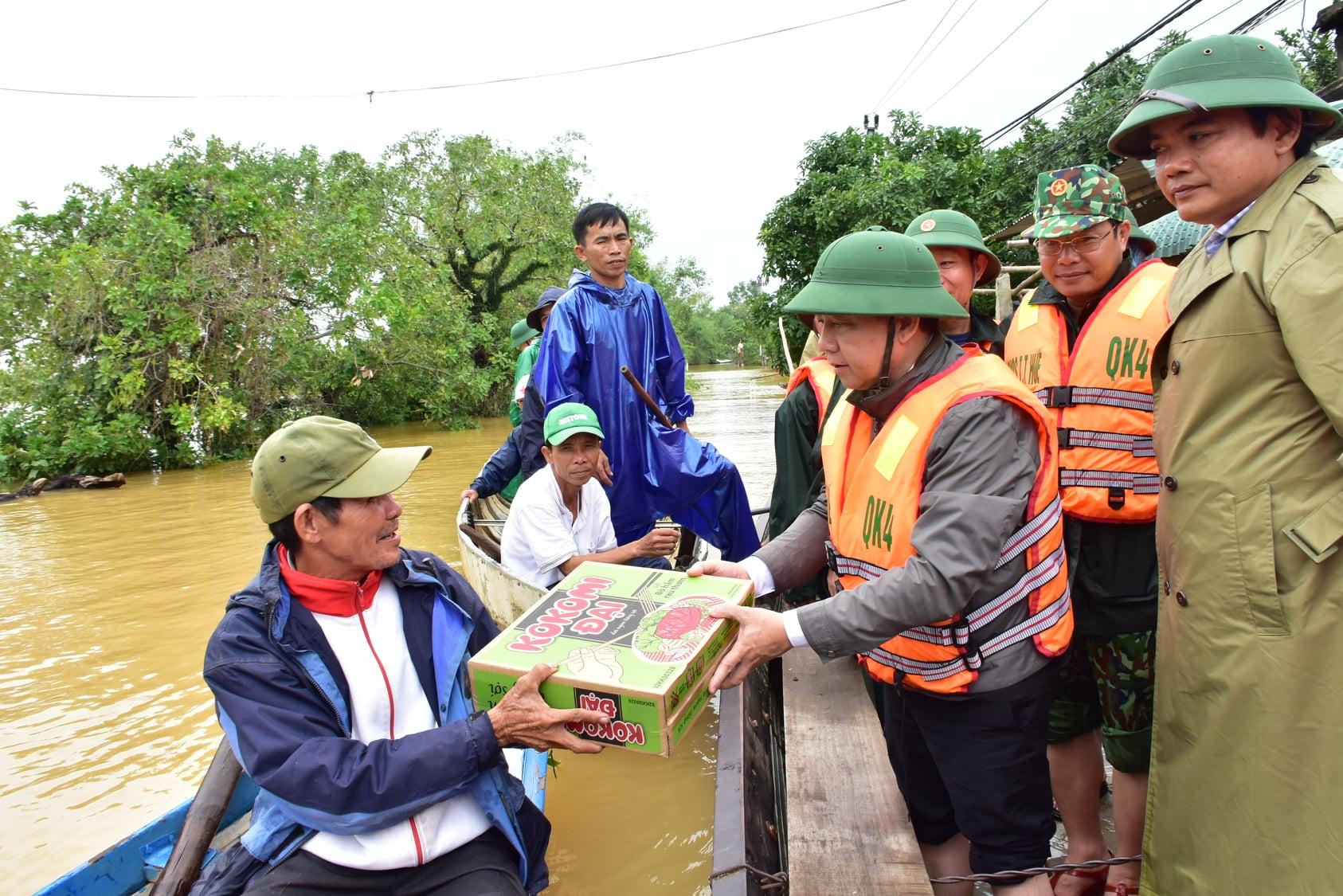 Ông Phan Ngọc Thọ tặng quà hỗ trợ người dân vùng trũng huyện Phong Điền.