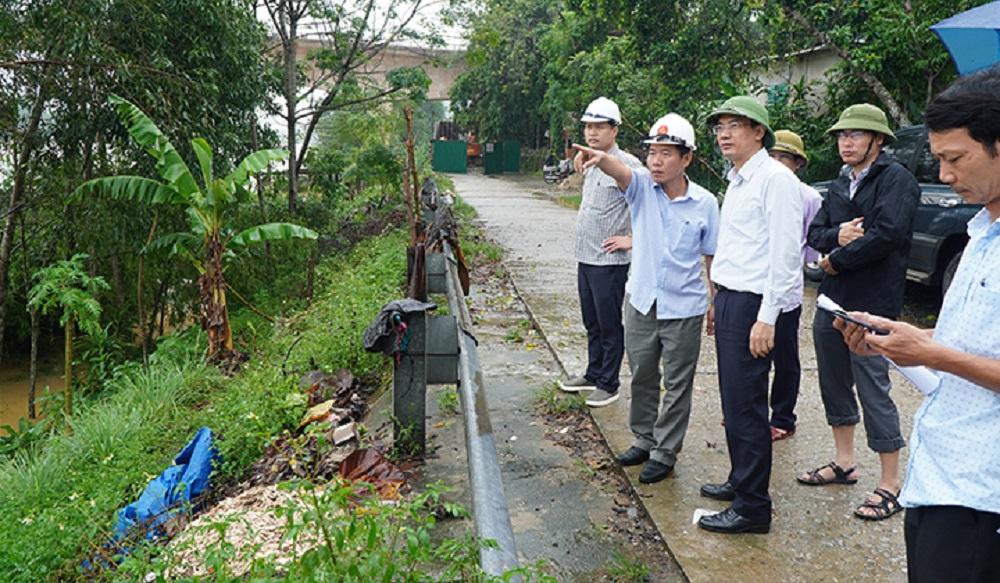 Đoàn công tác của Văn phòng Ban Chỉ đạo Trung ương về Phòng chống thiên tai đi kiểm tra thực địa mực nước lũ trên các sông trên địa bàn tỉnh Thừa Thiên Huế.