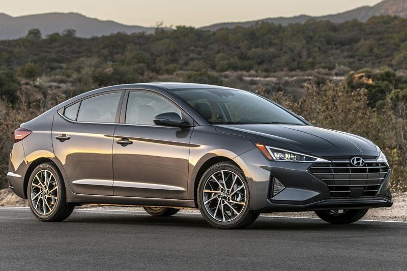 7. Hyundai Elantra 2020 (giá khởi điểm: 19.150 USD, điểm tổng thể: 8,1/10).