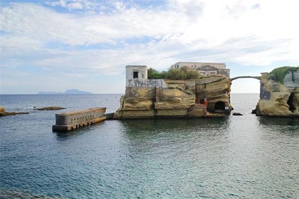 """Hòn đảo đẹp nhưng rất vắng người vì được cho là bị dính """"lời nguyền"""". Ảnh: Tiền Phong"""
