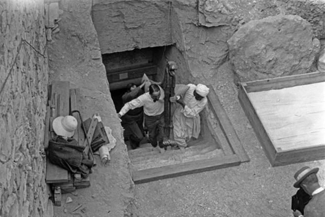 Khoảnh khắc các cổ vật được đưa lên từ lăng mộ Tutankhamun