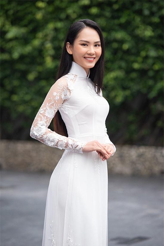 Ngoài học vấn, Mai Phương sở hữu gương mặt thanh tú, nụ cười tươi.