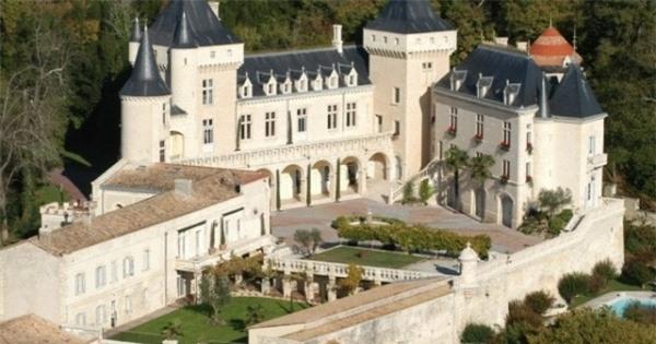 Lâu đài Chateau de la Riviere mang lời nguyền khiến những người chủ lần lượt tán gia bại sản hoặc chết bất ngờ.