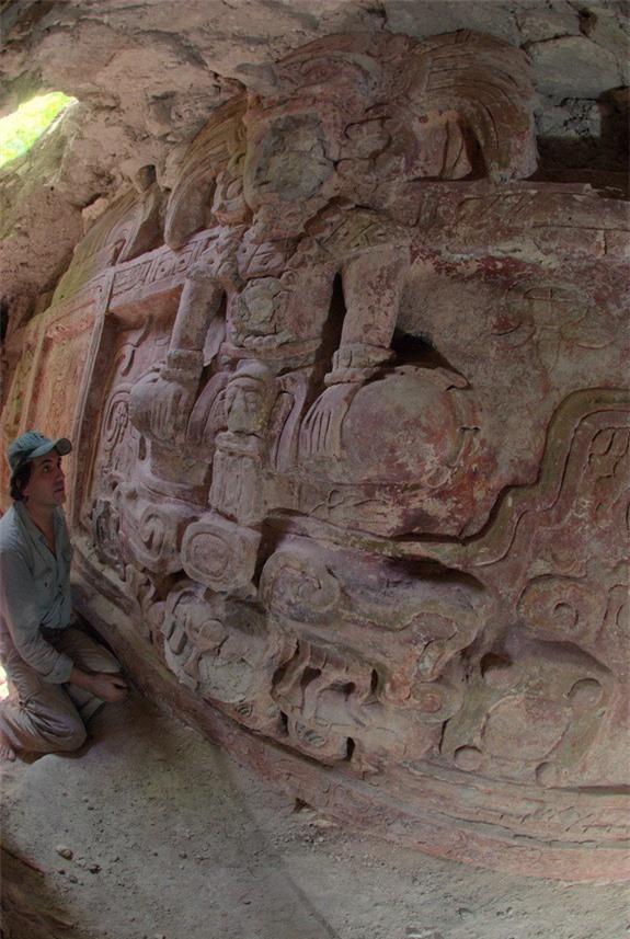 Bức phù điêu có màu sắc khá nguyên vẹn sau 1.400 năm khiến các nhà khảo cổ kinh ngạc. Ảnh: Telegraph
