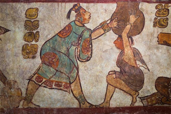 Một bức bích họa bên cạnh một kim tự tháp ở Calakmul cho thấy một cảnh tượng hiếm hoi về cuộc sống hàng ngày của người Maya dưới sự trị vì của các vị vua rắn. Đó là hình ảnh người phụ nữ mặc áo xanh đang giúp một người đội cái nồi cháo lớn.