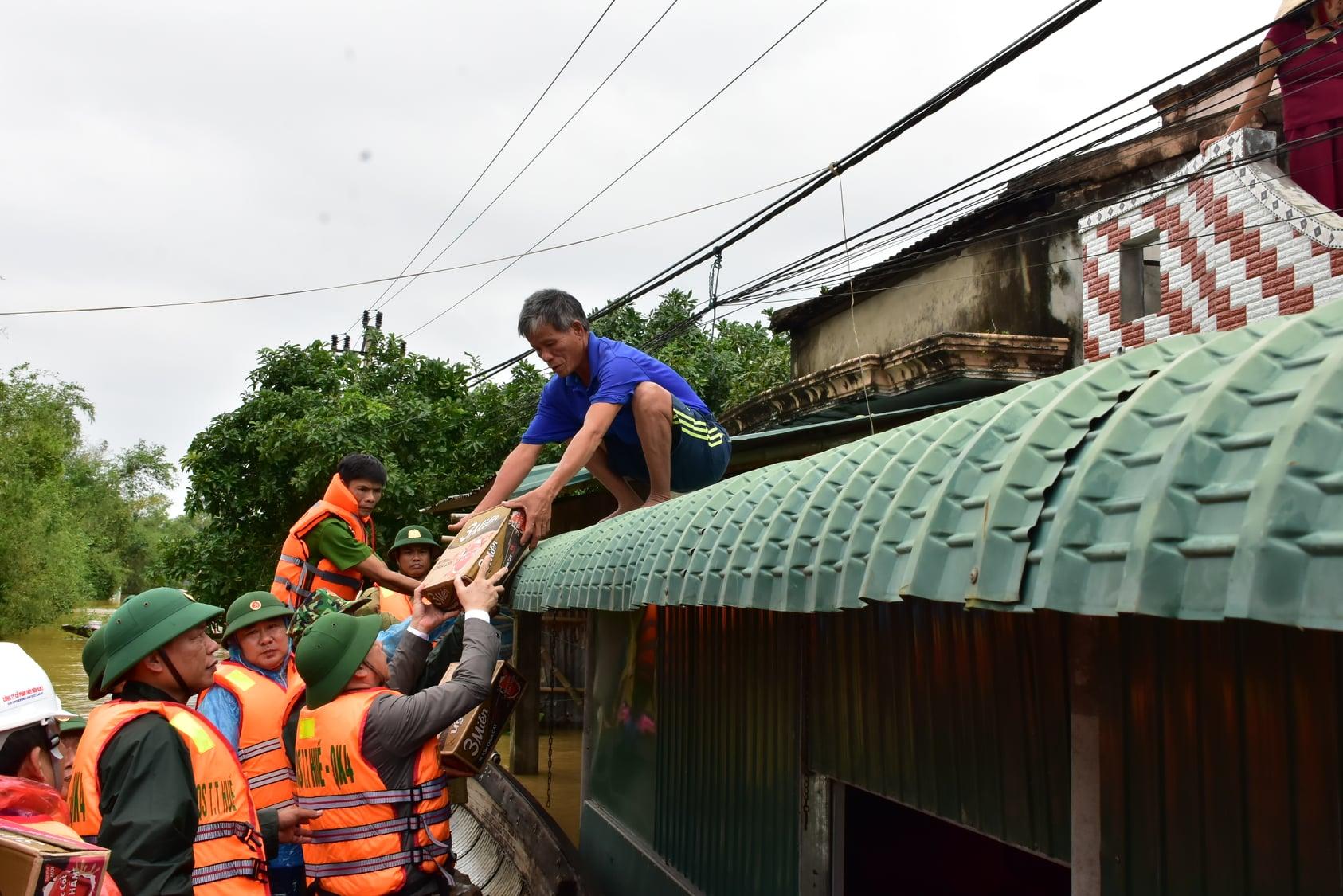 Hàng ngàn nhà dân ở vùng rốn lũ bị ngập chịp trong nước.