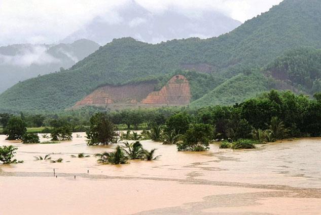 Lũ lụt gây thiệt hại nặng nề cho các tỉnh miền Trung. (Ảnh: Báo điện tử Nhân dân)