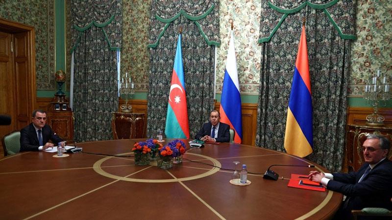 Từ trái qua phải: Ngoại trưởng Azerbaijan Jeyhun Bayramov, Ngoại trưởng Nga Sergey Lavrov và Ngoại trưởng Armenia Zohrab Mnatsakanyan. Ảnh: Sputnik