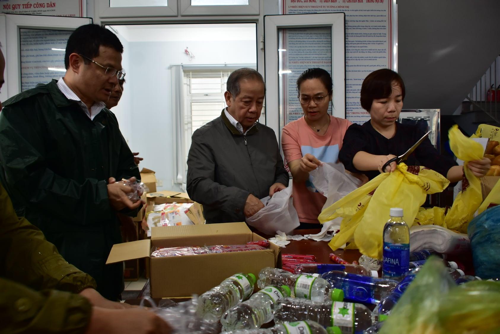 Chủ tịch UBND tỉnh Thừa Thiên Huế Phan Ngọc Thọ cùng gói quà với mọi người để hỗ trợ người dân vùng bị ngập lụt.