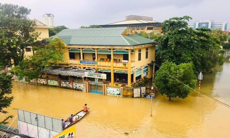 Một trường học ở Thừa Thiên Huế bị nước lũ bủa vây.