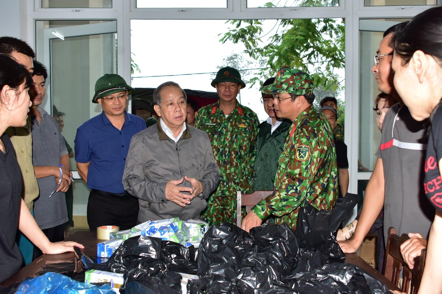 Chủ tịch tỉnh Thừa Thiên Huế yêu cầu các phần quà cần đưa đến tận tay người dân càng sớm càng tốt.