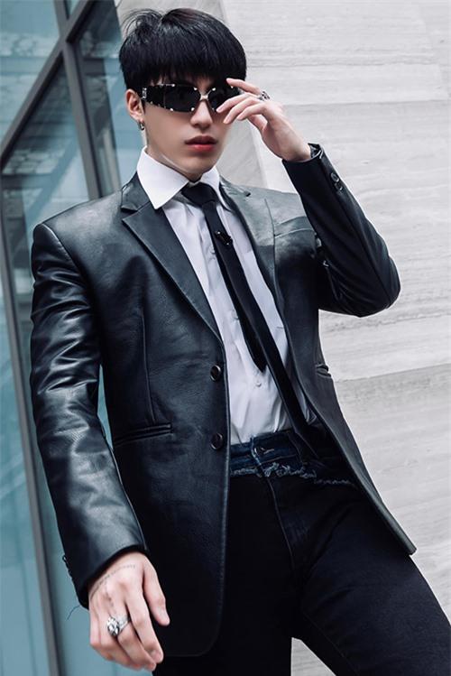 Stylist Kye Nguyễn chia sẻ, trong hành trình 10 năm theo nghề, con đường sự nghiệp của anh ngày càng vững vàng và được đồng hành cùng gần 10 sao hạng A.